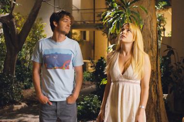 『アンダー・ザ・シルバーレイク』 サムはサラといい関係になりそうに……。しかし翌日彼女は失踪してしまう。