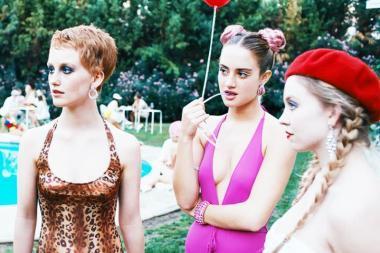 『アンダー・ザ・シルバーレイク』 派手な出で立ちの女の子たち。彼女たちは映画にも出たりしている女優でもあり、バイト感覚で娼婦もしているらしい。