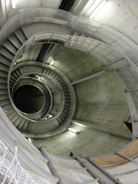 白丸ダム管理棟・魚道入口らせん階段