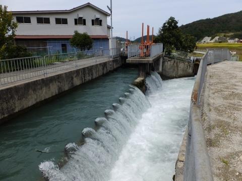 貝田新円筒分水下流の分水(余水吐)施設