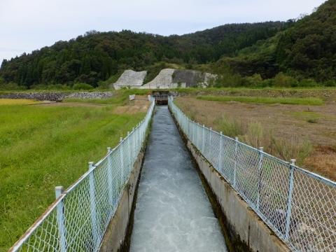 貝田新円筒分水下流の用水路