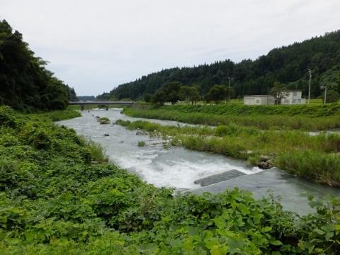上市町釈泉寺円筒分水槽前を流れる上市川
