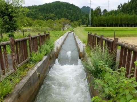 上市町釈泉寺円筒分水槽へ流入する用水