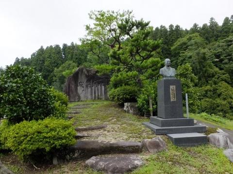 赤祖父川水管橋たもとの記念碑