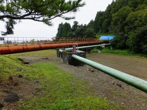 水管橋で赤祖父川を渡る一の用水支線用水路