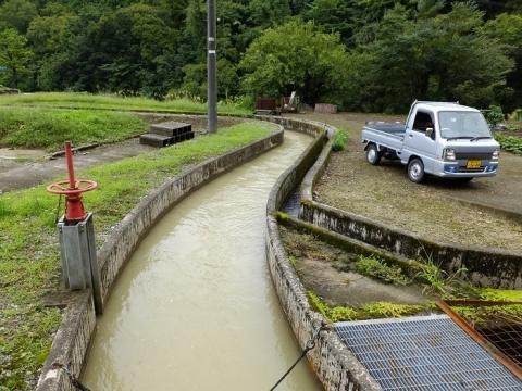 並行して流れる用水路