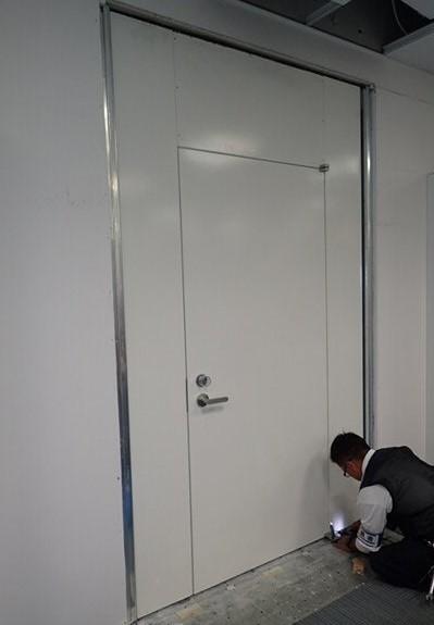 非常扉を取り付ける