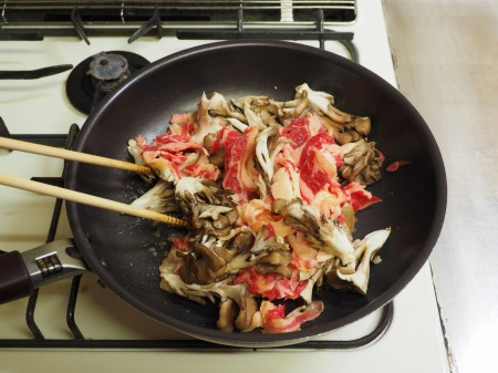 牛こま肉と舞茸のバターキムチ035