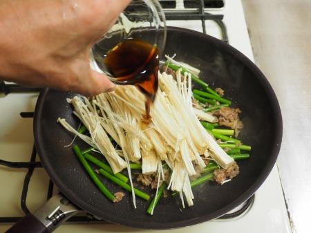 牛こま肉と茎にんにくのバター029