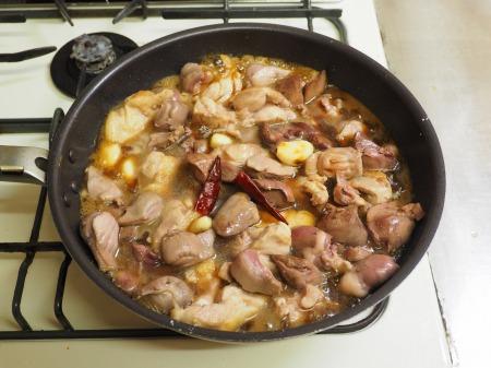 鶏もも肉と鶏もつのピリ辛煮057