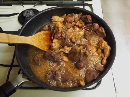 鶏もも肉と鶏もつのピリ辛煮062