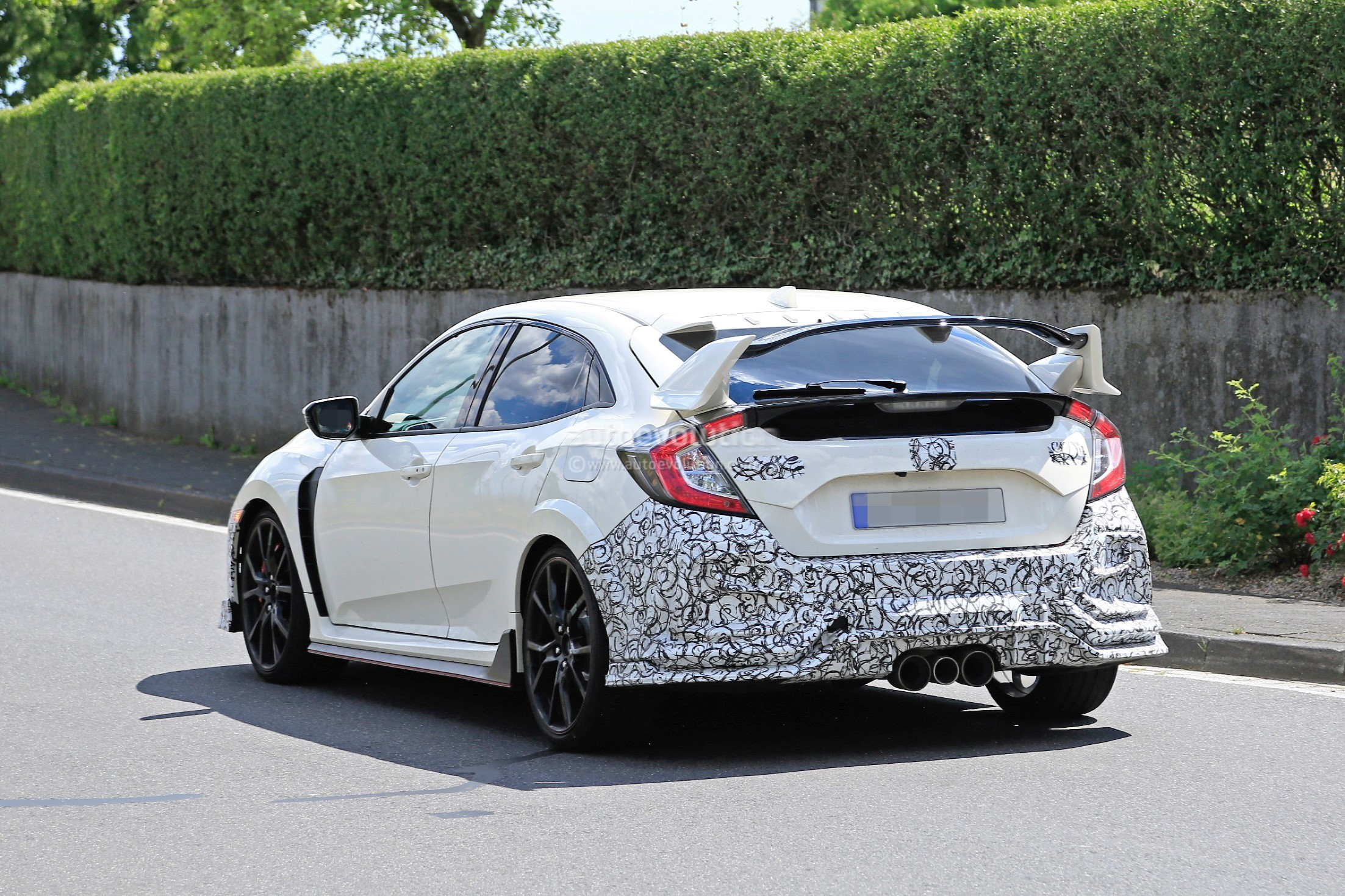 2019-honda-civic-type-r-spied-for-the-first-time_9.jpg