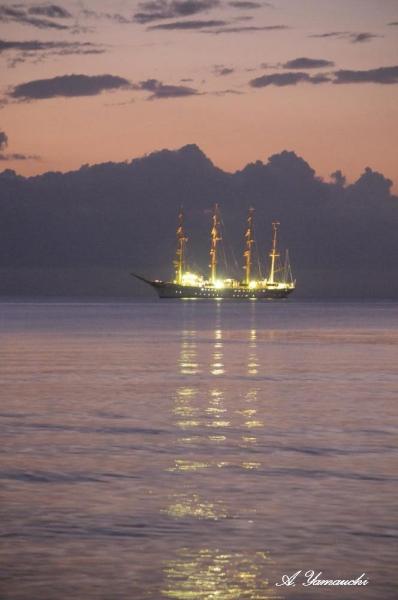帆船のライトが海面に映る