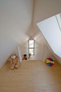 薄すぎる三角形の住宅01