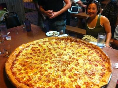 凄まじく大きなピザ01
