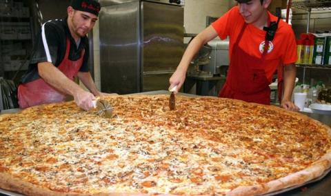 凄まじく大きなピザ08