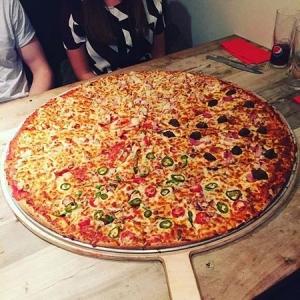 凄まじく大きなピザ11