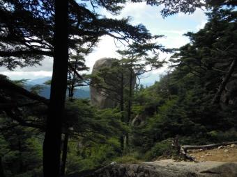 ロッククライマーが登る180825岩