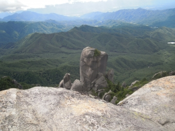 山頂から岩を見下ろす180825