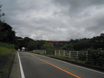 東名高速赤い橋げた180911