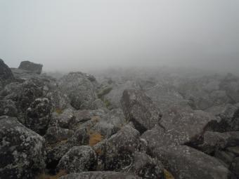 山頂は岩が今ゴロゴロ180915