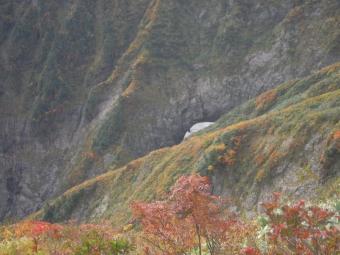 真中の白い処はまだ残っていた雪渓180105