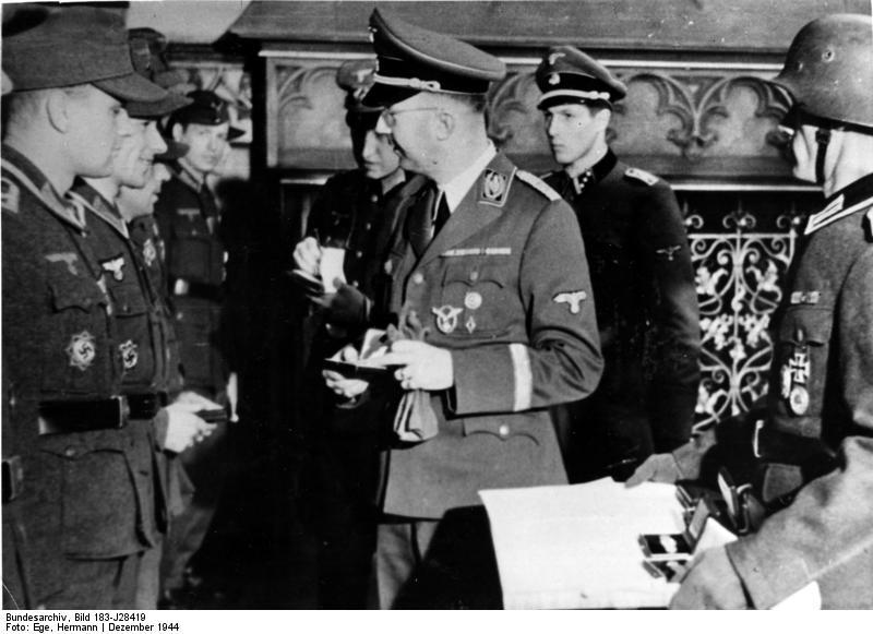 Bundesarchiv_Bild_183-J28419,_Himmler_überreicht_die_Goldene_Nahkampfspange