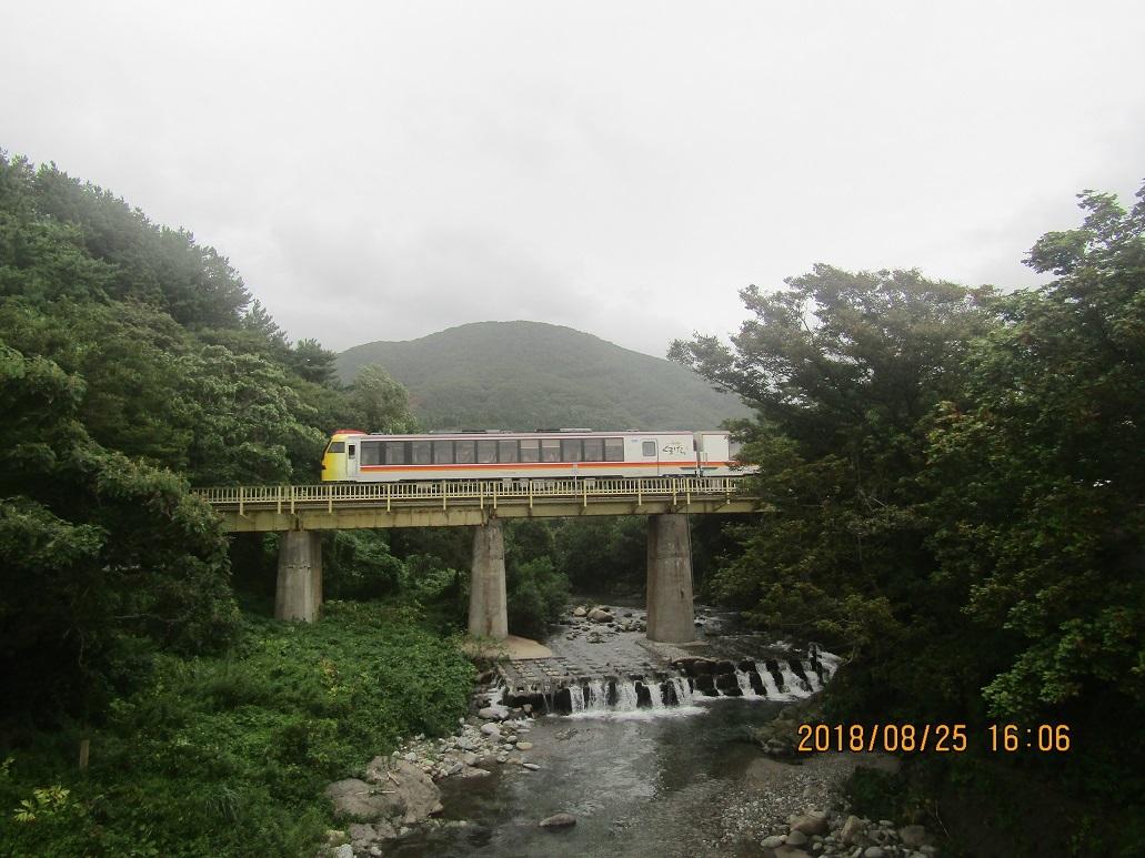 列車、鉄橋を渡る。