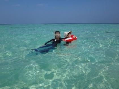 海水浴を楽しむ娘
