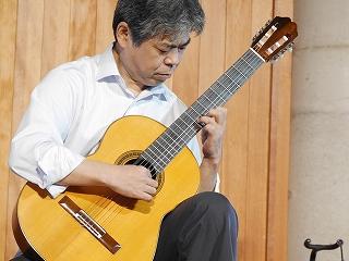 松村ギターを弾く北口先生
