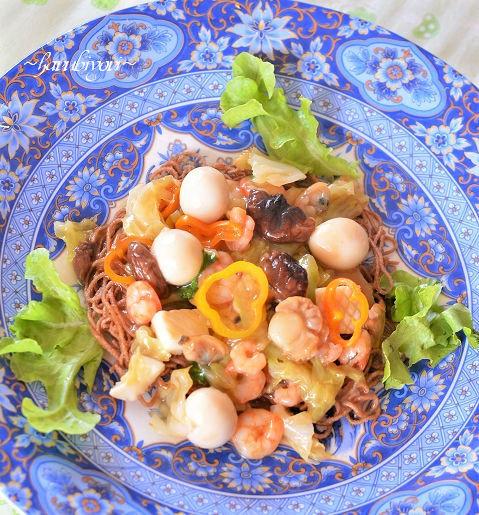 揚げた蕎麦に餡をかけて皿うどん風27