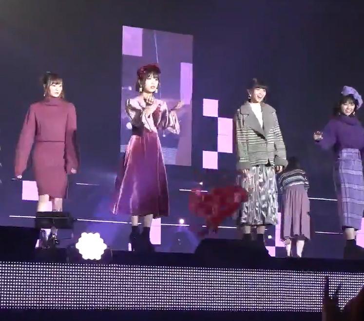 【ガルアワ2018A/W】乃木坂46与田祐希、客席へのプレゼント投げで中身だけ飛んでいくw