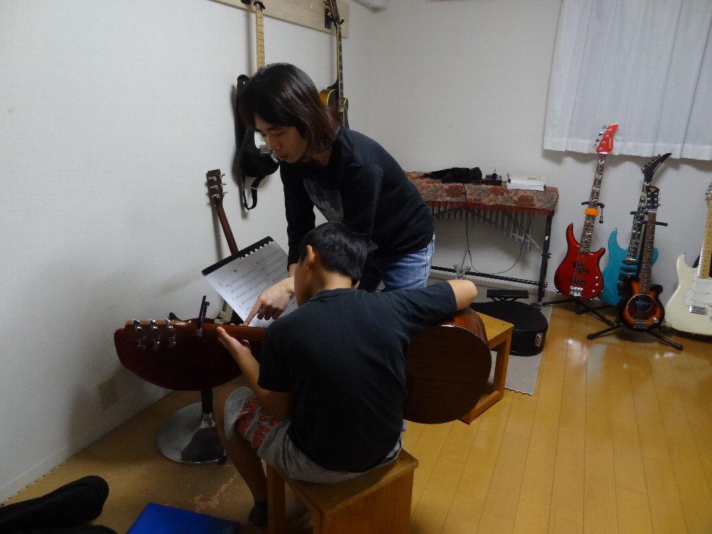 小学生のアコースティックギターレッスン