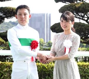 プレゼンターを務めた女優の志田未来(右)に祝福される菱田裕二騎手