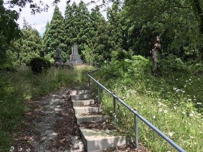 墓地の最奥部の高台への階段