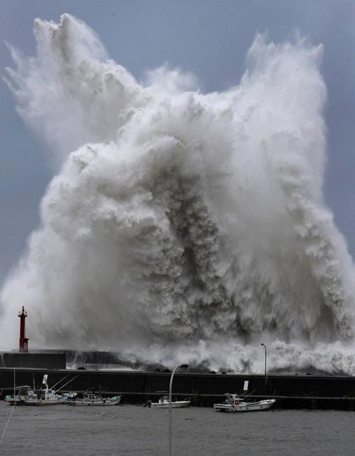 2018年9月4日安芸漁港 台風で大波 灯台は高さ10m