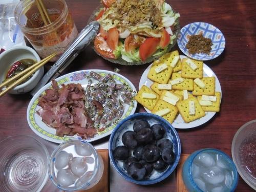 ぶどうとサラダと乾き物の食卓