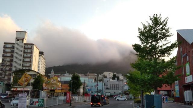 雲の函館山0825