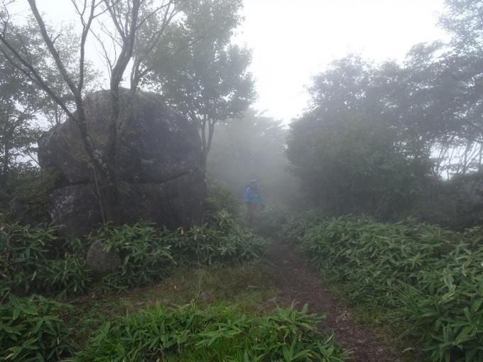 霧の人面岩