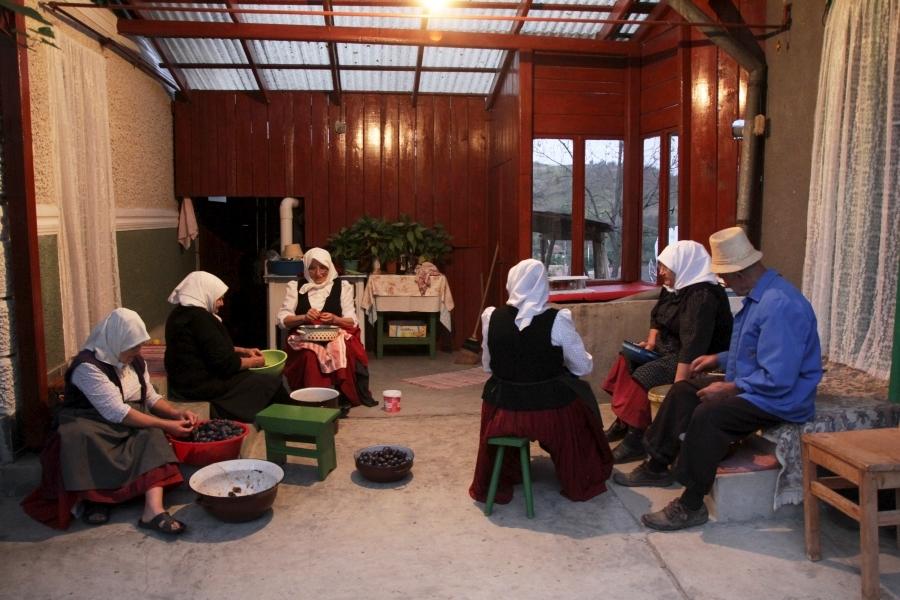 伝統のプルーンジャム作り
