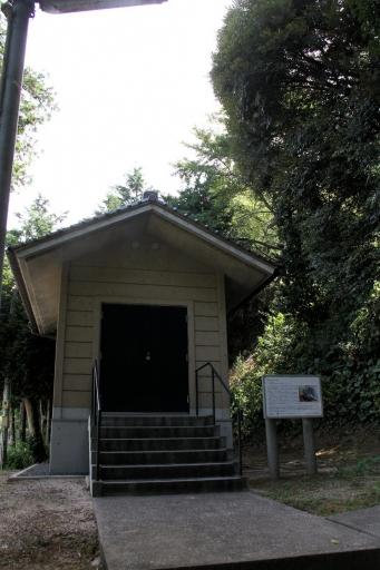 石馬の収蔵庫