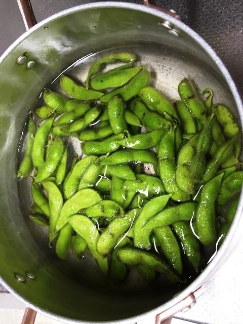 大豆の枝豆を茹でる