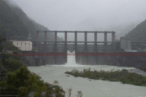 雨の秋葉ダム