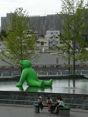 大阪駅前広場の緑の熊1809