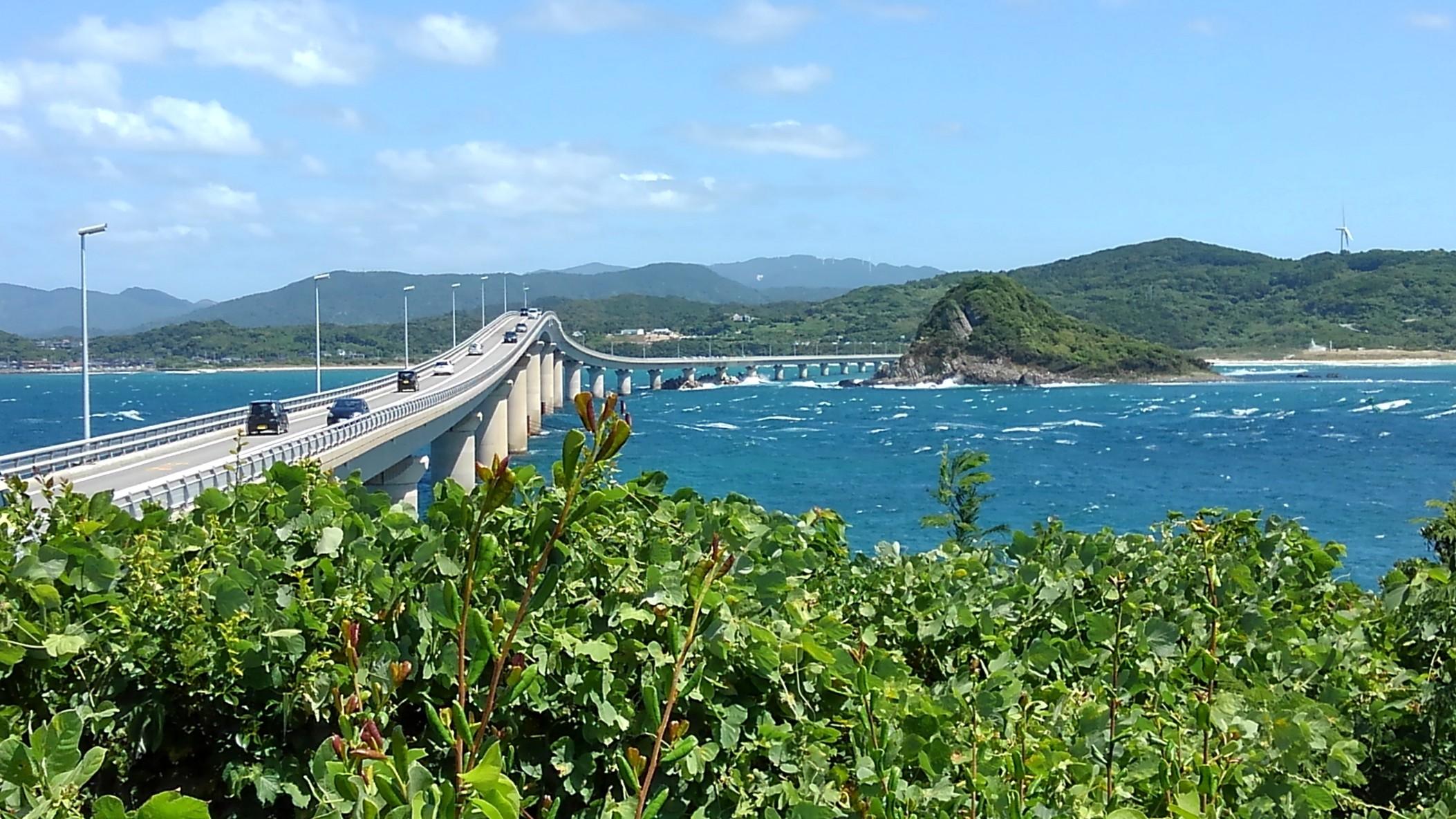 角島から角島大橋を望む