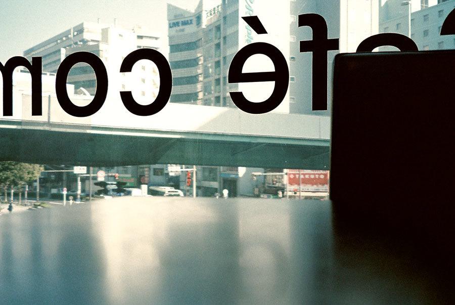 カフェの窓から