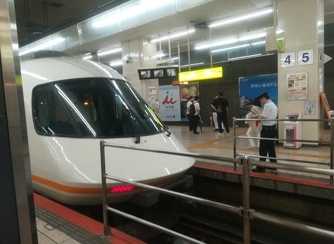 1 近鉄特急で名古屋駅に到着
