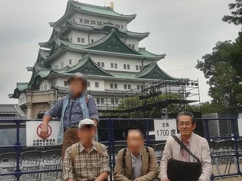 9- 名古屋城の舞台装置の前で