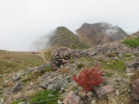 1 茶臼岳の下りから避難小屋と朝日岳を望む