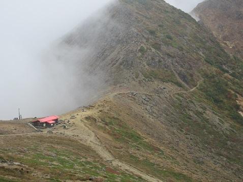 2 茶臼岳の下りから避難小屋を望む